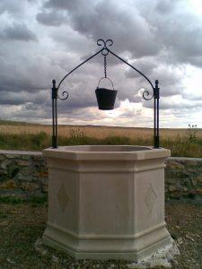 Pozo en el campo hecho en piedra