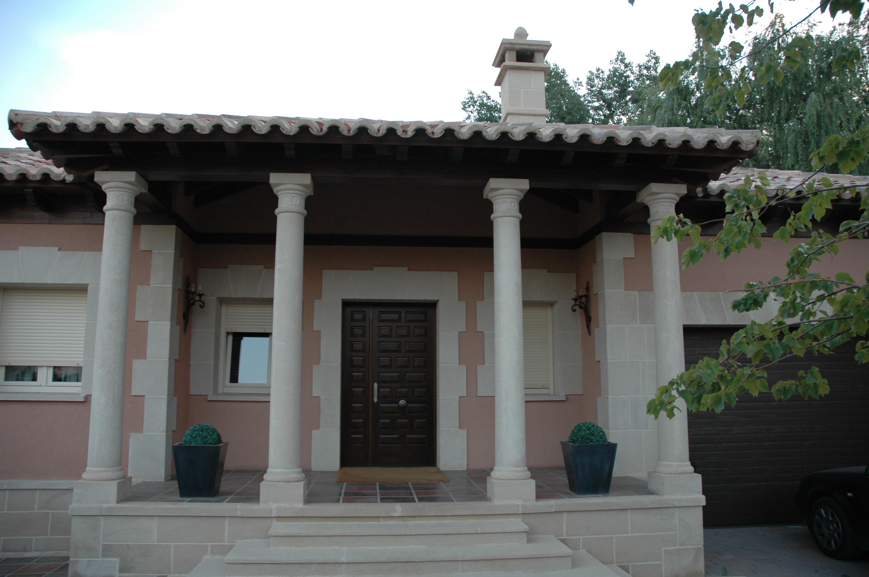 Columnas de una fachada privada