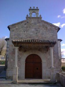 Fachada de una iglesia, restaurada la piedra