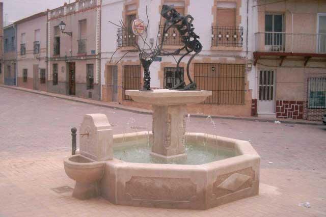 Fuente de Villalpardo en piedra con escultura