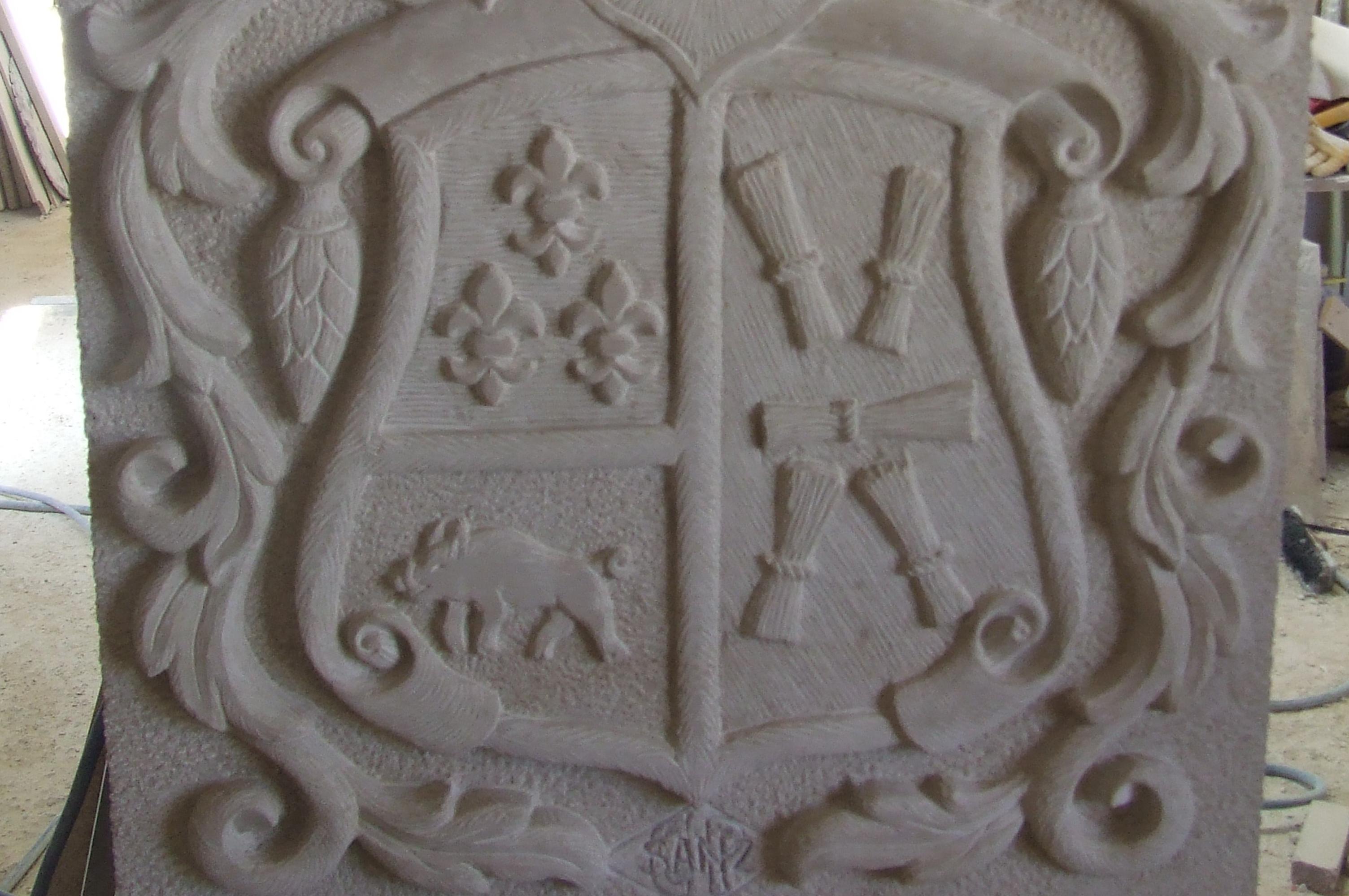 Detalle de un escudo tallado en piedra