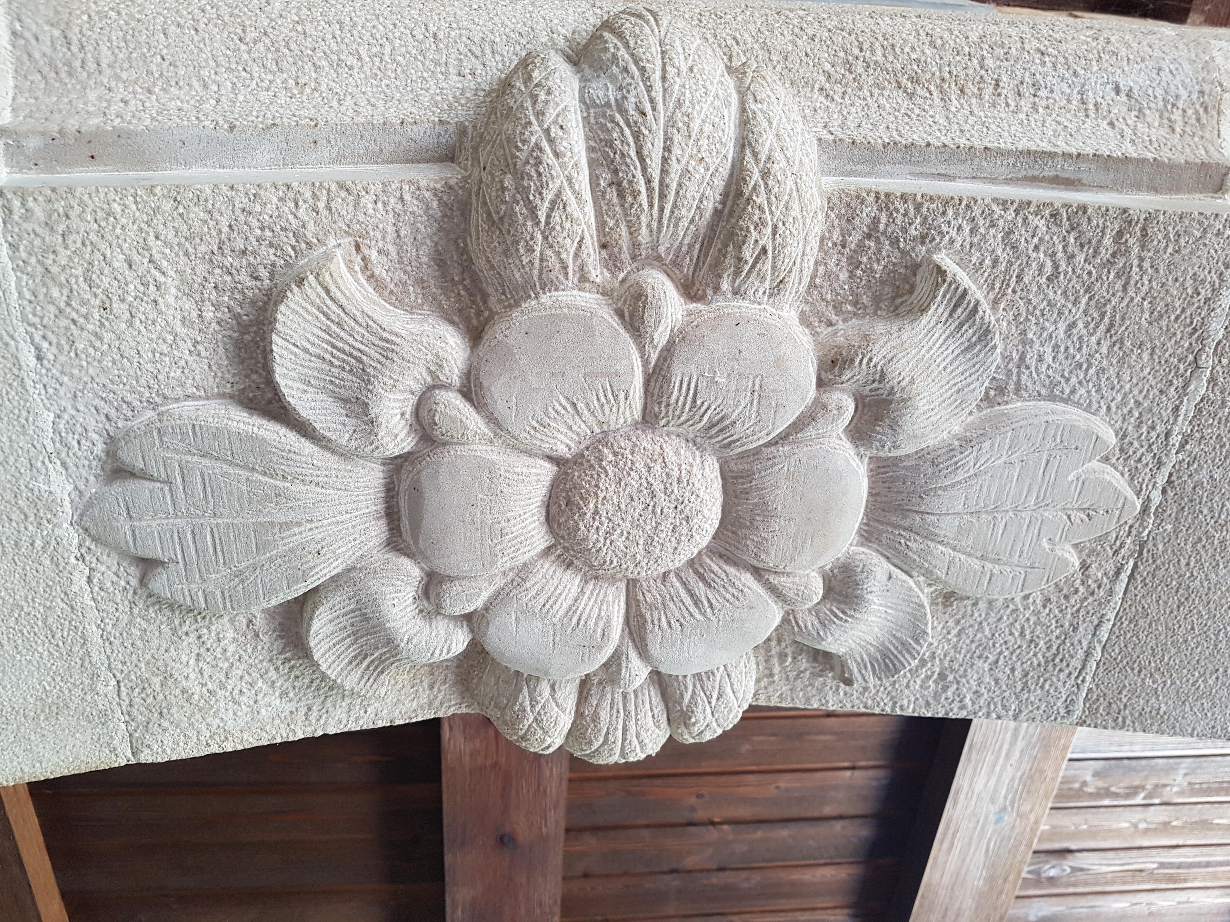 Detalle de una flor tallada en piedra