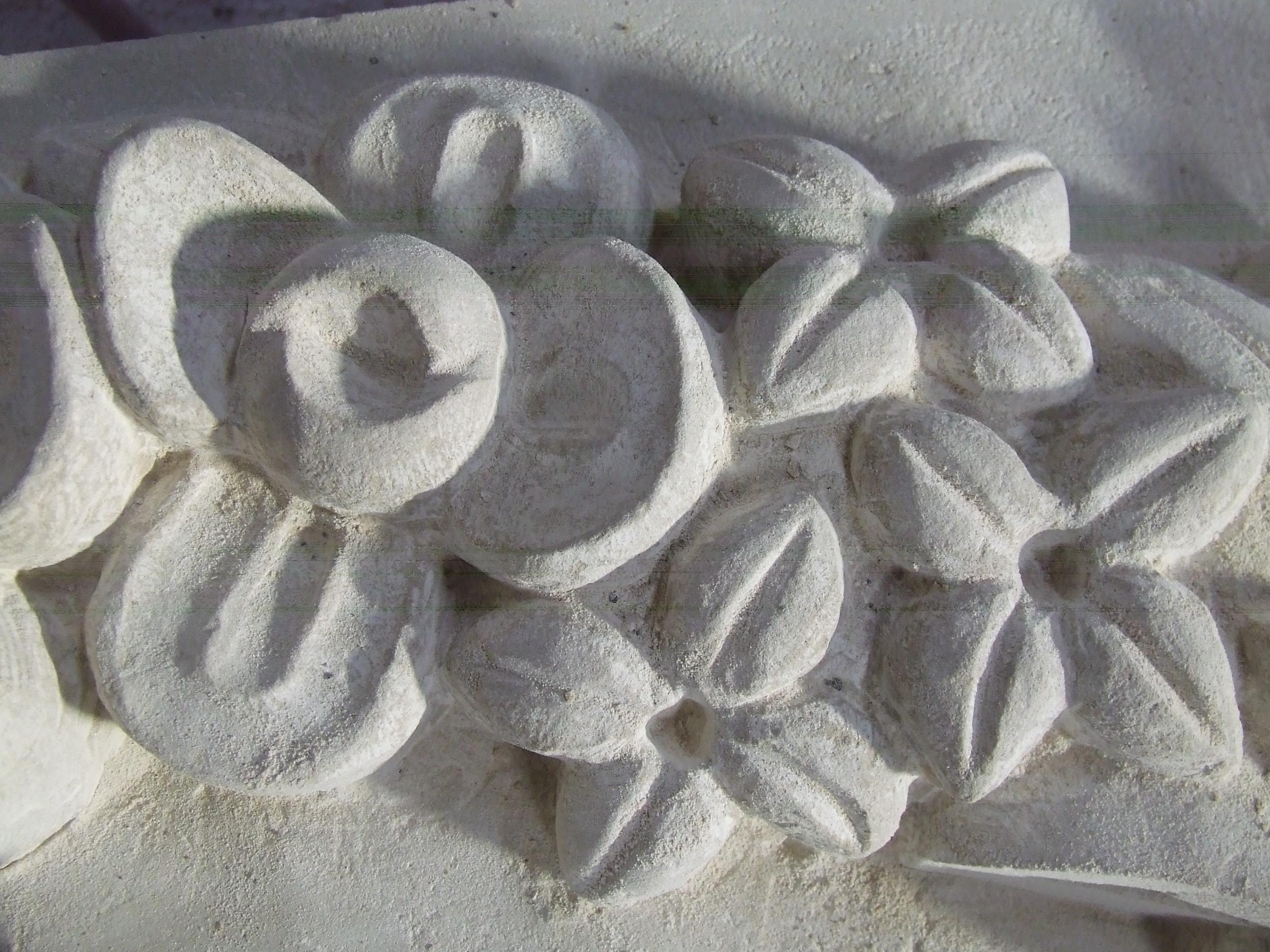 Detalle ampliado de flores en piedra