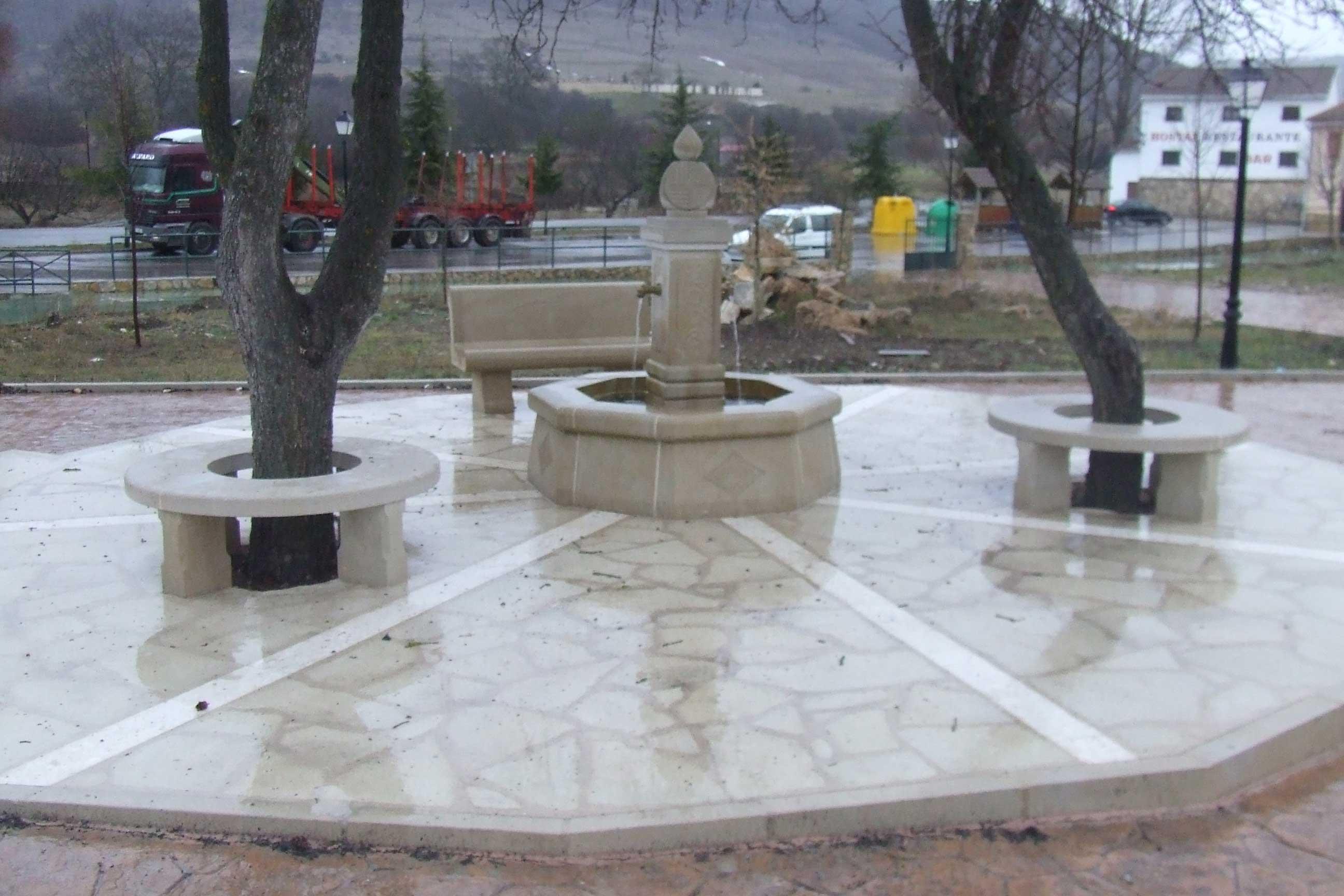 Plaza con fuente y bancos de piedra
