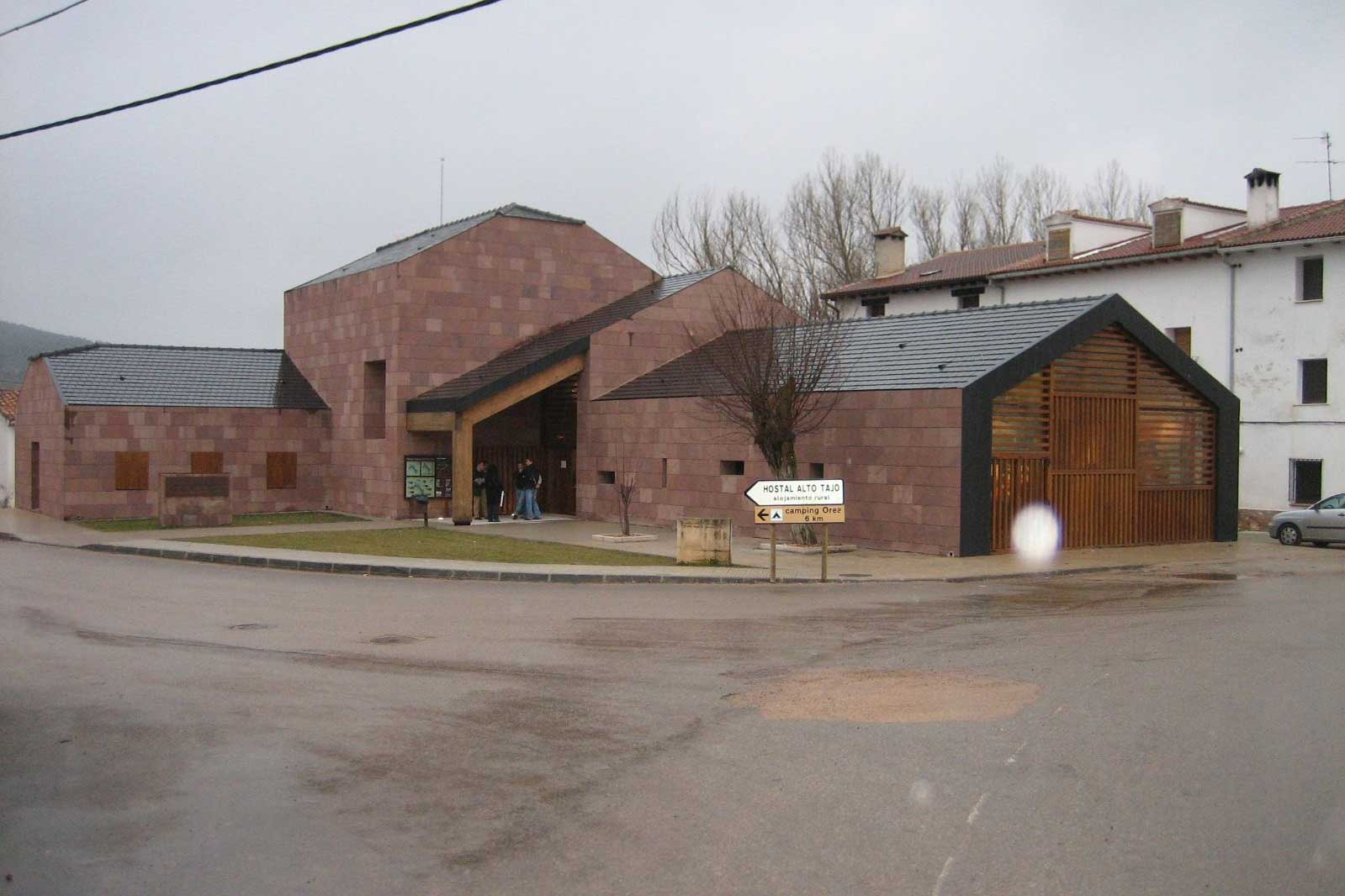 Centro de interpretación, fachada ventilada, piedra