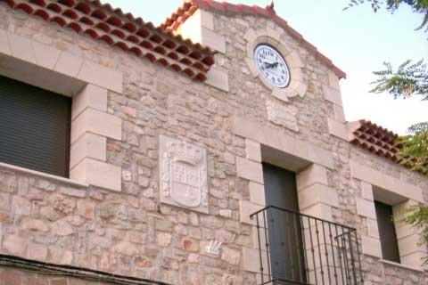 Fachada de un ayuntamiento con detalle de escudo