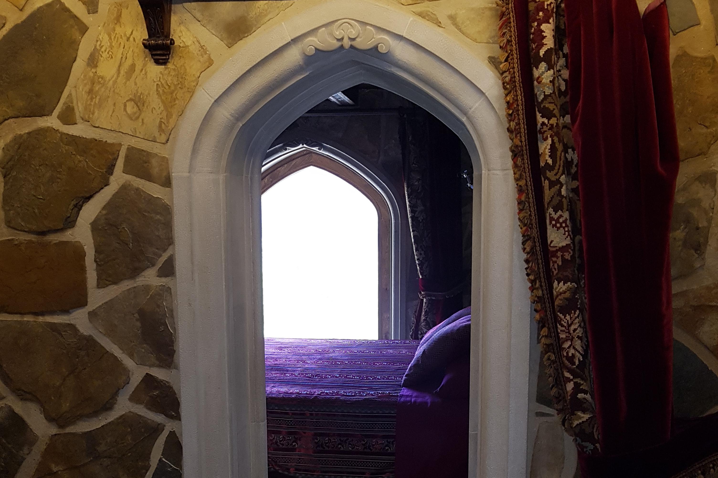 Arco en habitación. Hecho en piedra con bóveda