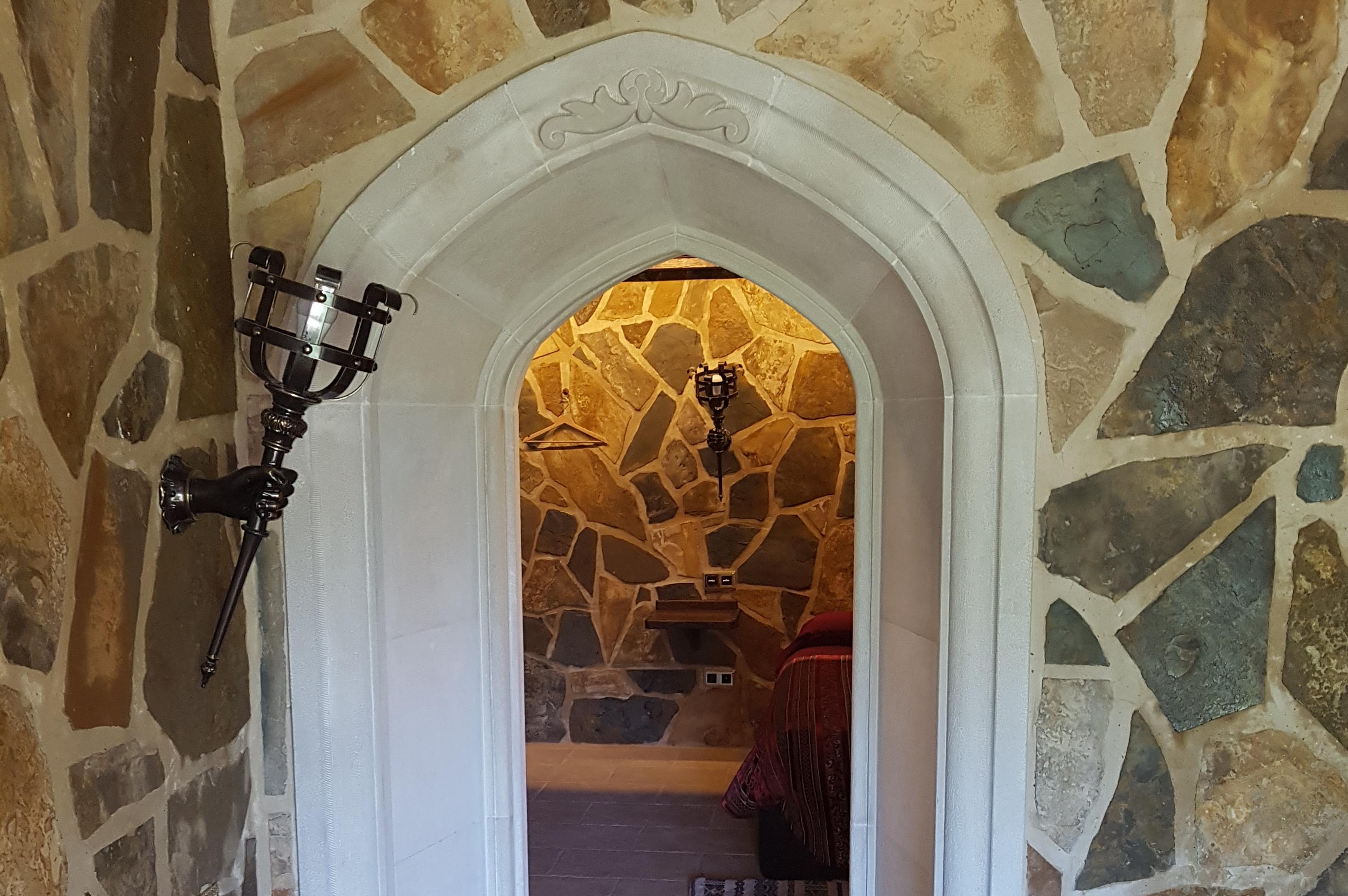 Arco entre habitaciones hecho en piedra por Construpiedra