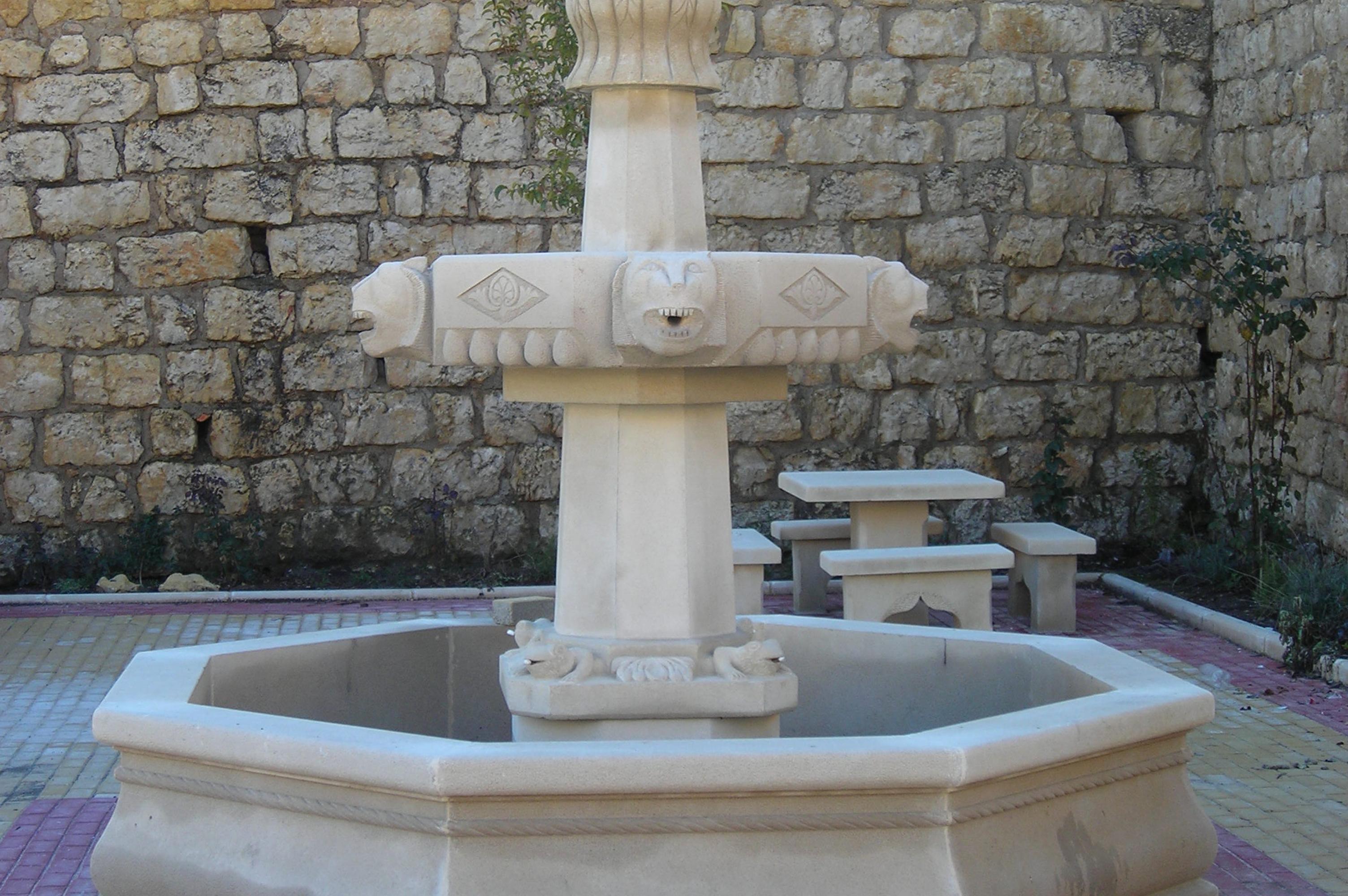 Fuente y bancos en piedra